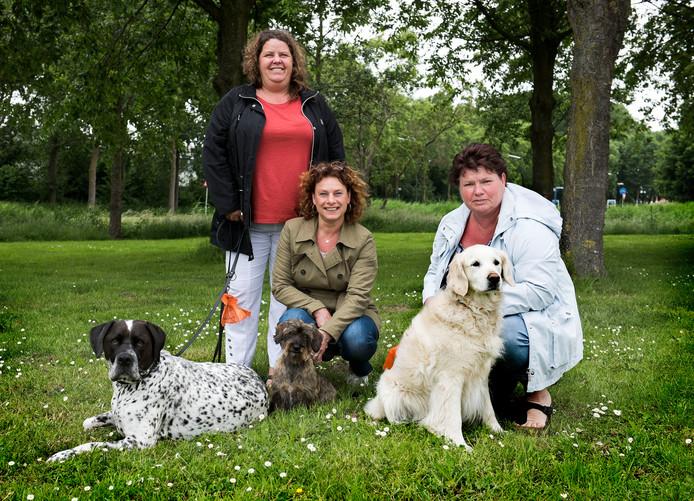 "Patricia Antonioli met Max, Marriët van der Veen en haar hondje Fien en Lydia Post met Senn (v.l.n.r.): ,,Voor ons is dit echt een uitkomst."""