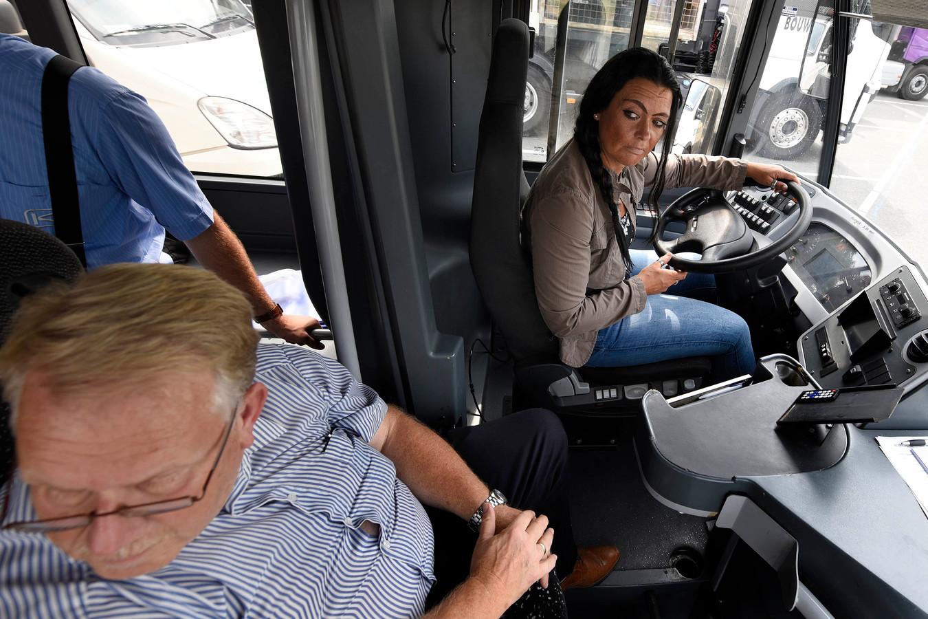 Syntus zoekt buschauffeurs en hield daarvoor zelfs een open dag waar kandidaten onder leiding van een instructeur een stukje konden rijden.