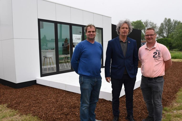 Van links naar rechts zien we architect Piet Acx, schepen Wout Maddens en aannemer Patrick Devos voor de Kabien.