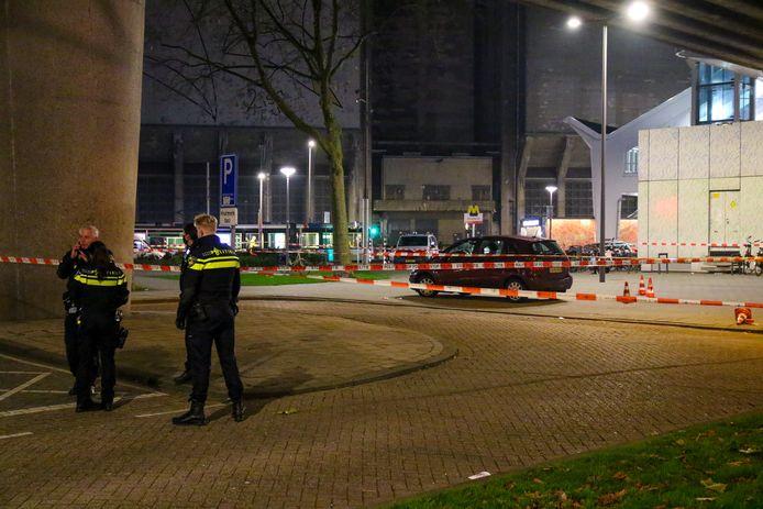 De politie heeft een groot gebied rond de vindplaats van het slachtoffer afgezet met linten.