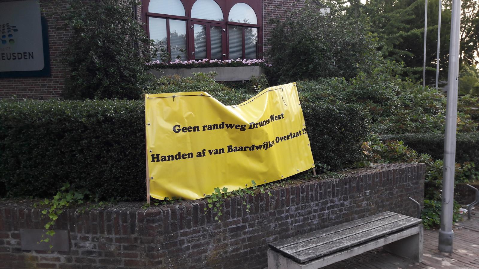 Een stil protest bij het gemeentehuis in Vlijmen, tegen de plannen met de Baardwijkse Overlaat. In die plannen is onder meer opgenomen een randweg. De plannen zijn onderdeel van Gebiedsontwikkeling Oostelijke Langstraat.