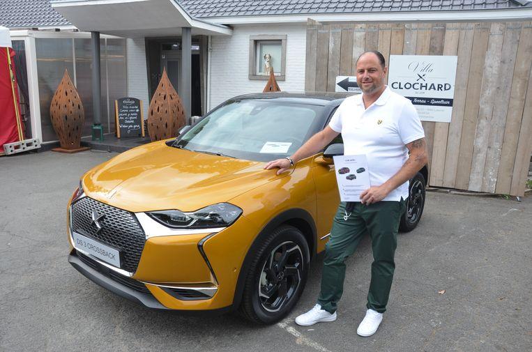Carl Vervaet van Villa Clochard voor de DS 3-wagen aan zijn zaak.