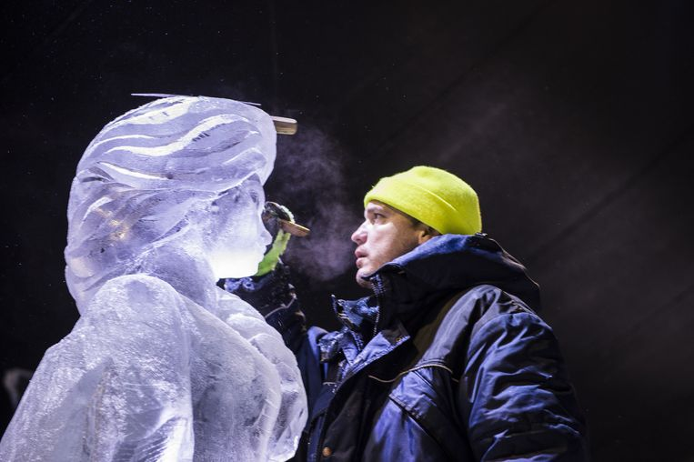 Hier is een artiest bezig met gelaatstrekken van een sculptuur van Elsa, de sneeuwkoningin uit Frozen.