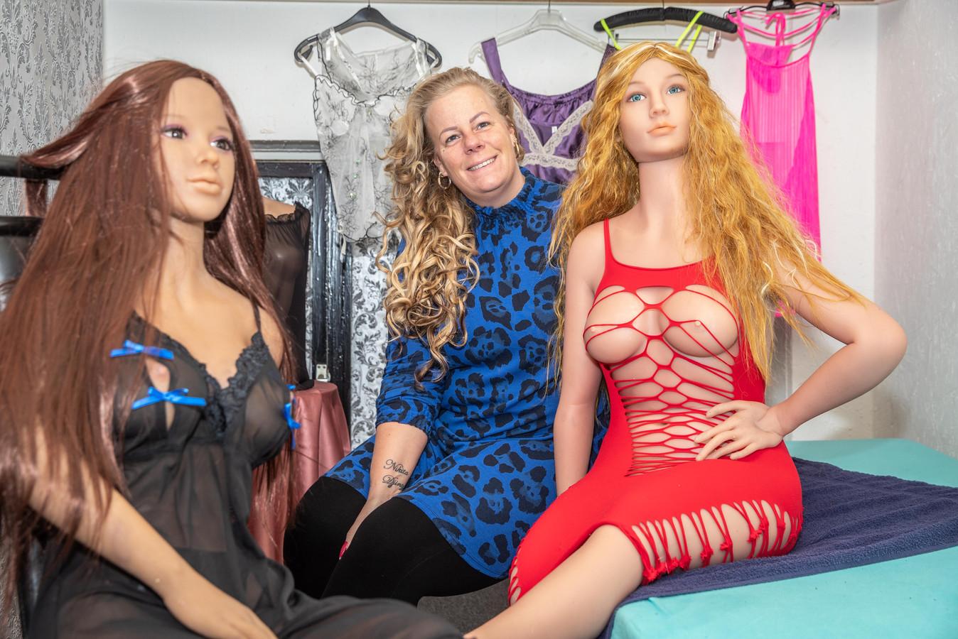 Een kleine tegenslag voor Priscilla van Limbeek, de eigenaar van privéhuis Zwols Pleziertje. Een half jaar nadat ze de poppenkamer opende blijken de dames al afgeschreven.
