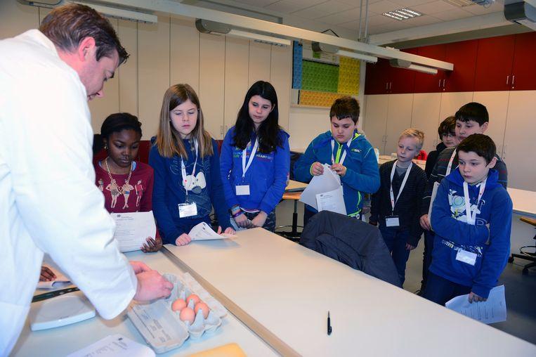 Leerlingen ontdekken fysica aan de hand van experimenten.