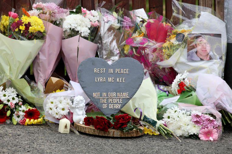 Bloemen voor de overleden Lyra McKee.