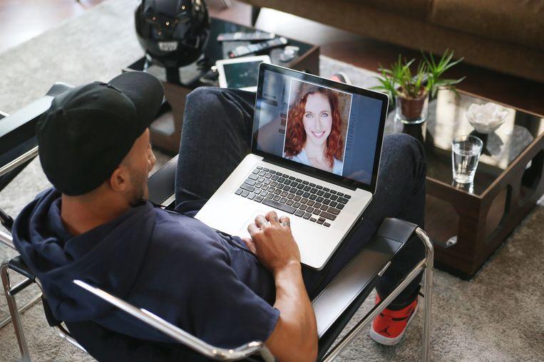 Op de sites waren talloze foto's van – soms - naakte vrouwen te vinden. 'Chatoperators' deden zich voor als de vrouwen van de profielen.  Beeld Getty Images