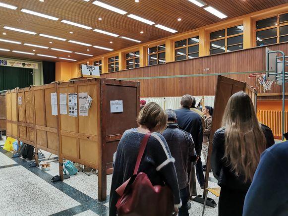 Kiezers schuiven aan in het stembureau in basisschool Kinderkoppen.
