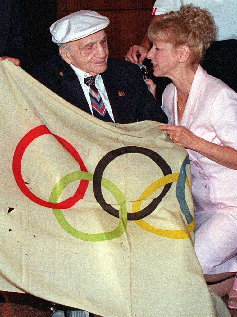 Hal Prieste geeft op 103-jarige leeftijd zijn olympische vlag terug.