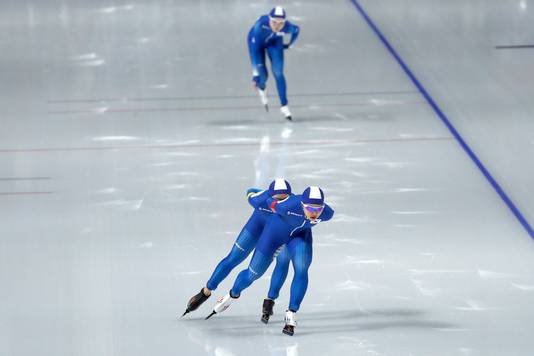 Bo-reum Kim en Ji-woo Park schaatsen door, Sun-young Noh kan het niet bijbenen.