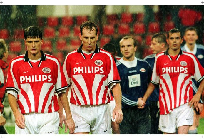 Het ongeloof straalt van de gezichten van Wim Jonk, Jaap Stam en Phillip Cocu af. De ploeg is zojuist door Brann Bergen uitgeschakeld in de Europacup 2.