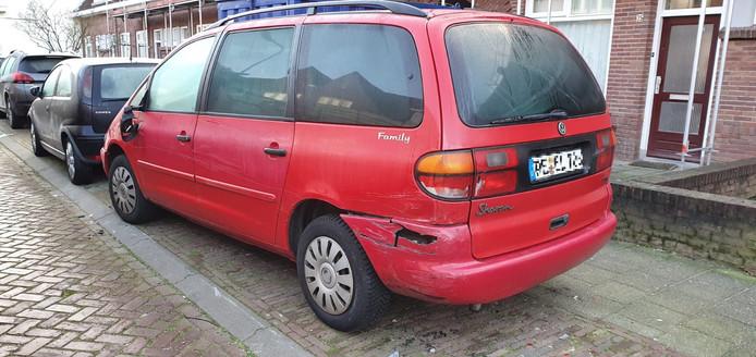 De beschadigde auto's in de Plataanstraat in Breda