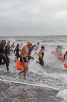 Zeezwemmen langs Walcherse kust is niet voor watjes