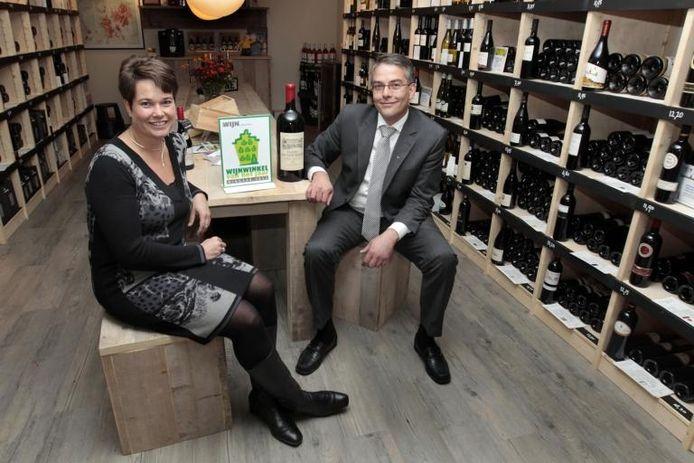 Bert en Ella van Beek in hun winkel aan de Assendorperstraat, waar volgens de jury van de wijnprijs de 'X-factor' is te vinden.foto Sacha Wunderink ;Bert en Ella van Beek in hun winkel aan de Assendorperstraat, waar volgens de jury van de wijnprijs de 'X-factor' is te vinden.foto Sacha Wunderink