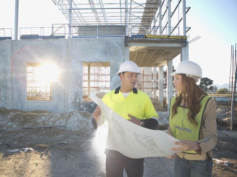 Vroeger waren alleen architecten verplicht om zich te verzekeren voor de tienjarige aansprakelijkheid. Sinds 1 juli 2018 is deze verzekering ook voor aannemers verplicht.