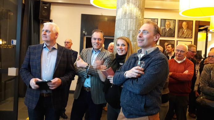 Een deel van de Bestse VVD-fractie tijdens de tussenstanden. Blij, maar nog in volle afwachting van het aantal zetels.