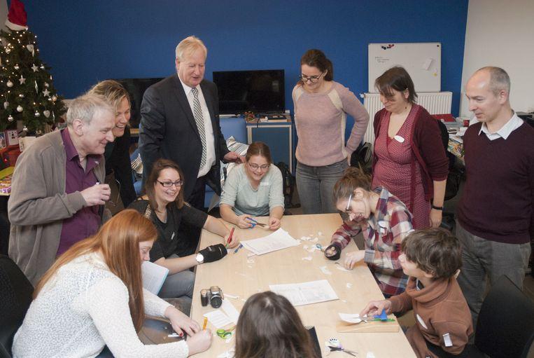 Begeleiders en directie stellen het nieuwe zorgproject in Sint-Lodewijk voor.