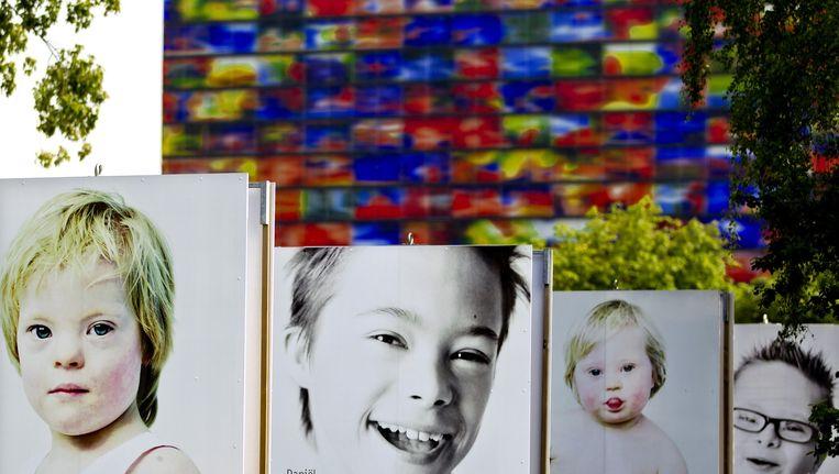 Grote foto's van kinderen met het Downsyndroom op de rondreizende buitenexpositie Down's Upside. Beeld anp