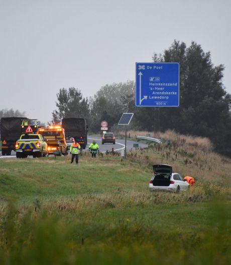 Auto belandt naast snelweg bij Heinkenszand