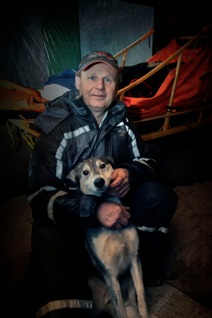 Marc van de Ven met een van zijn 34 husky's.  Foto Kees Martens.