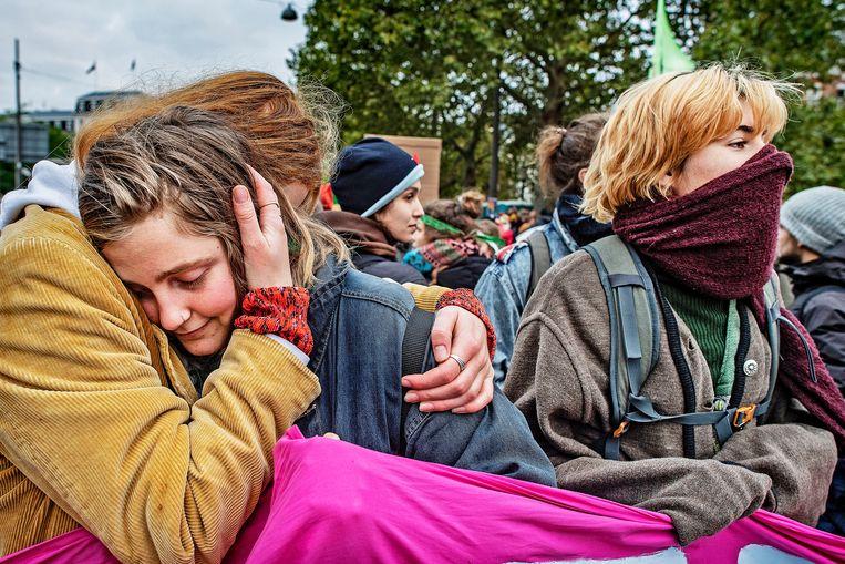 De actievoerders van Extinction Rebellion hebben niet alleen veel liefde en compassie voor de wereld, maar ook voor elkaar. Beeld Guus Dubbelman / de Volkskrant