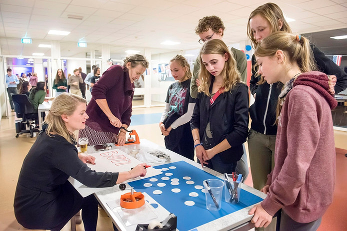 ELECTION NIGHT OP SCHOOL DE NASSAU MET MUZIEK TOESPRAKEN WORKSHOPS BUTTON MAKEN CASINOSPELLEN SPELEN EN SATIRE