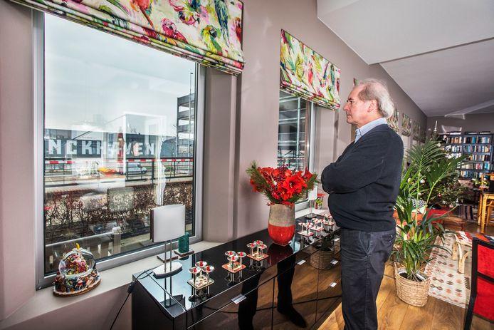 Voor het raam van Klaas Taselaar en zijn vrouw verrijst binnenkort een gigantische woontoren; daarom verhuizen zij.