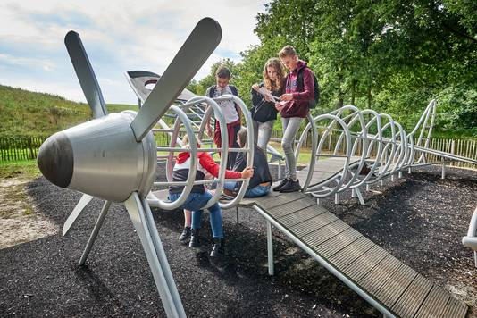 Kinderen van het Fioretticollege in Veghel deden in 2020 de escaperoute op de Vlagheide. Op de foto zoeken ze naar oplossingen op het Spitfire-speeltoestel in Schijndel.