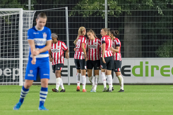 De speelsters van PSV vieren de 1-0 tegen PEC Zwolle