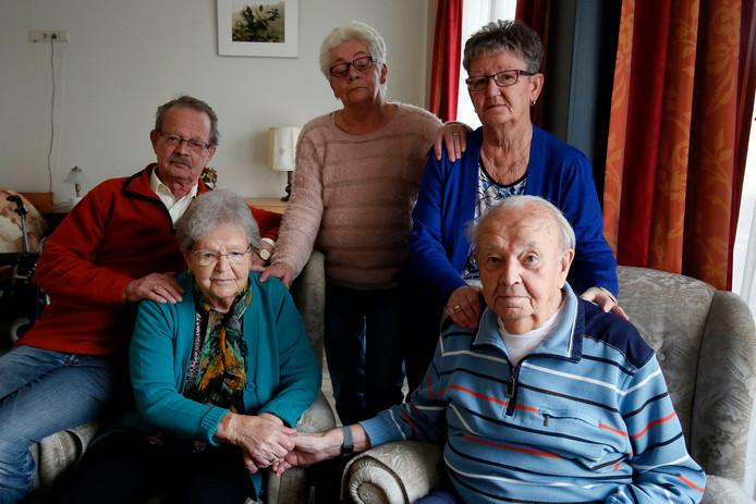 Jo en Hennie temidden van hun kinderen Joop, Coby en schoondochter Ans.