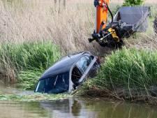 Auto vliegt uit de bocht en rijdt het water in op Urk