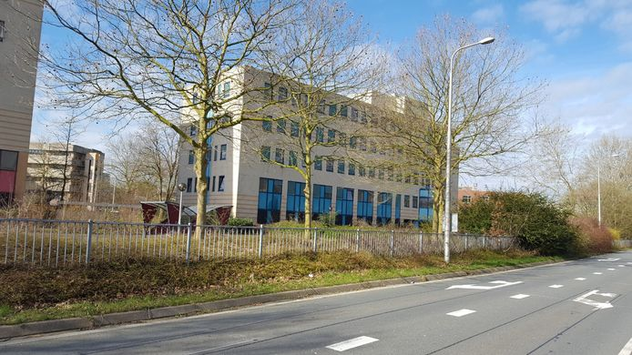 Leegstaande kantoren bij Winkelcentrum Kronenburg in Arnhem-Zuid zijn volgens raadslid Guus van der Laak het domicilie van ratten en junks geworden.