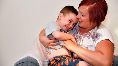 """Kleine Lewis (5) lijdt aan ziekte van Duchenne, vrienden stappen nodige centen bij elkaar voor dure rolstoel: """"Zo dankbaar voor al die mensen met een warm hart"""""""