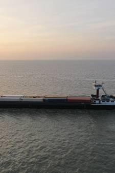 Bijzonder gezicht in de Rotterdamse haven: een schip met vleugels