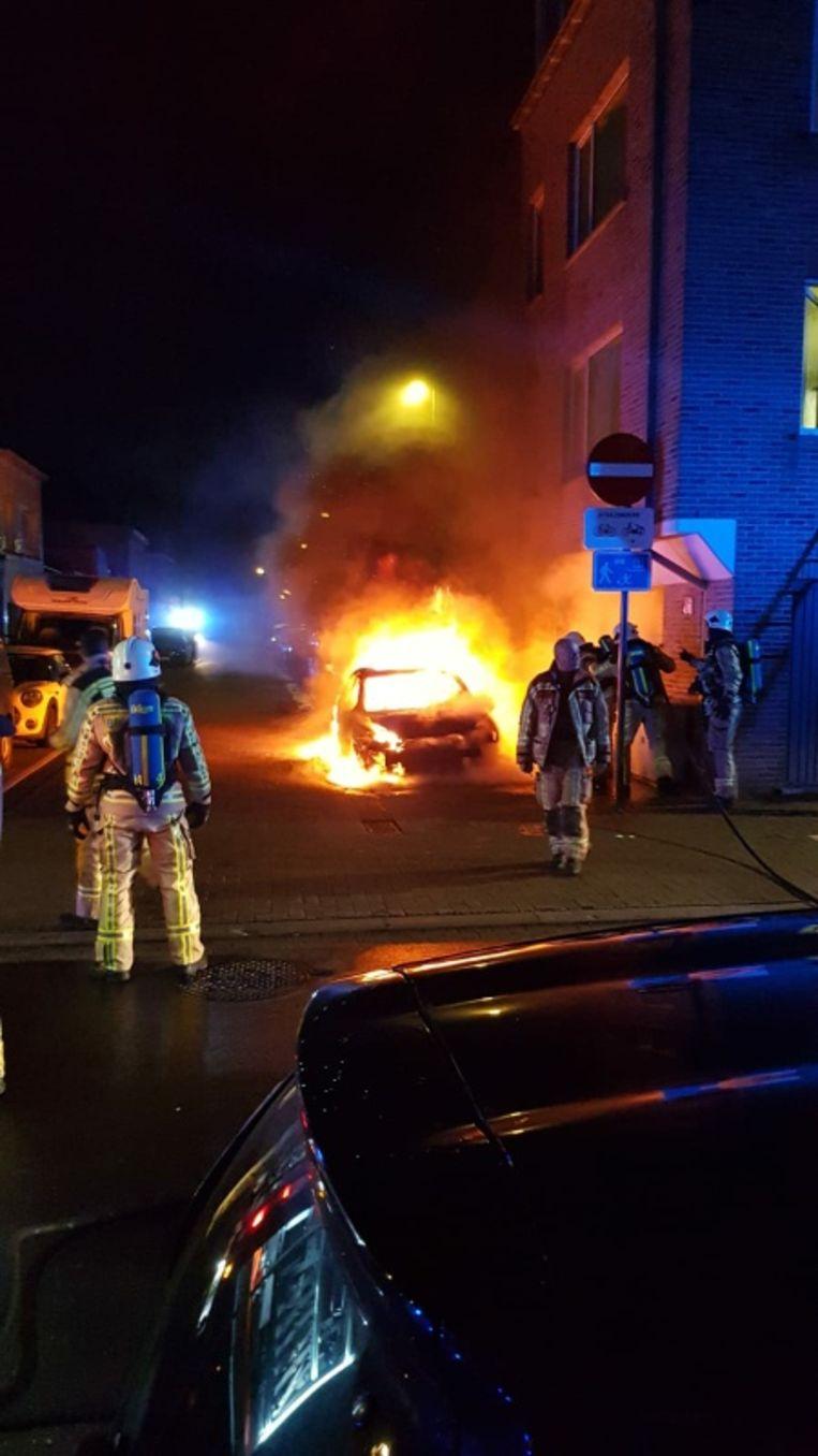 De autobrand zorgde voor een spectaculaire vlammenzee.
