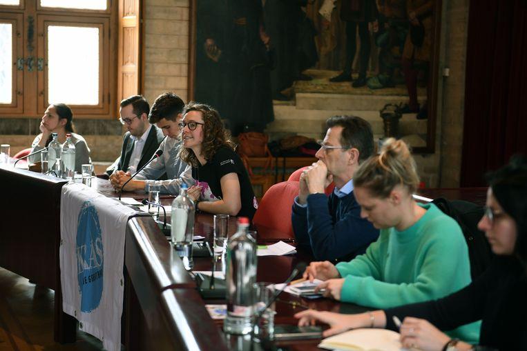 Jongeren gaan in het historisch stadhuis in debat met politici over het thema macht.