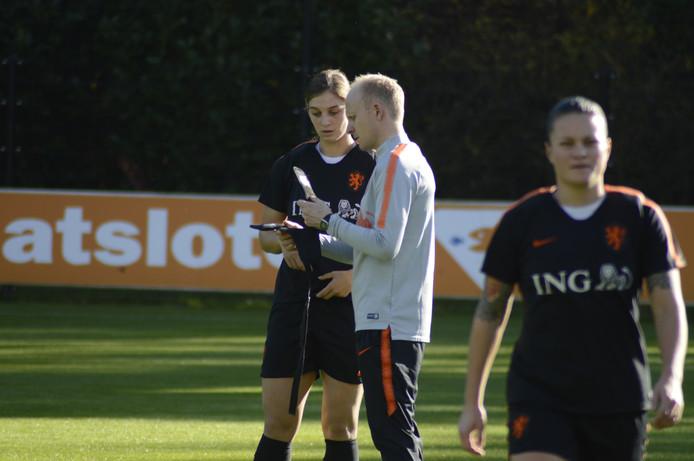 Aniek Nouwen krijgt bij Oranje van assistent-trainer Arjan Veurink uitleg over de hartslagmeter.