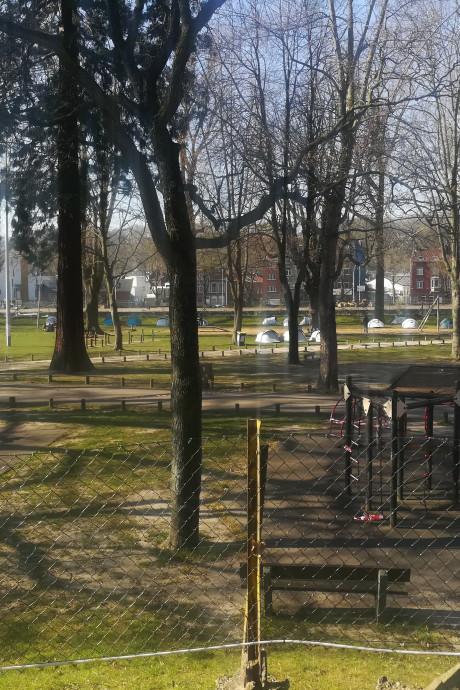 """Des conseillers se sont rendus sur le camp du parc Astrid: """"Ils ont plus de chance d'y contracter la maladie que dans la rue"""""""
