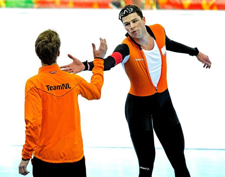 Kramer feliciteert Jorrit Bergsma met de winst op de 10 kilometer. Beeld Klaas Jan van der Weij