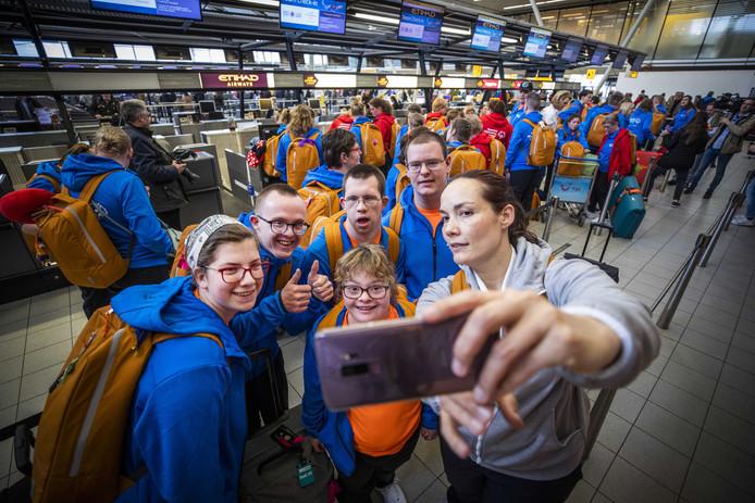 De Nederlandse deelnemers aan de Special Olympics World Games 2019 checken in voor hun vlucht naar Abu Dhabi. Zo'n 65 sporters met een verstandelijke beperking van het Special Olympics Team NL zijn actief op het toernooi. Dit najaar wordt een landelijke Special Olympics in Hardenberg gehouden.