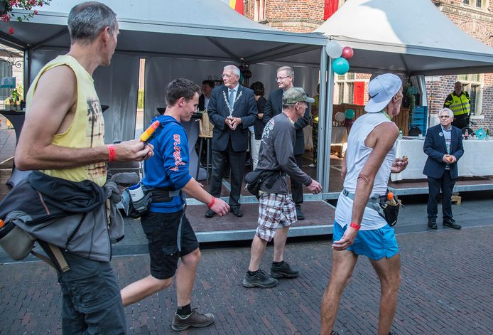 De ongemakkelijke Vierdaagsefoto. Met burgemeester Peter de Koning in het midden, en wethouder Peter Lucassen rechts, op gepaste afstand.