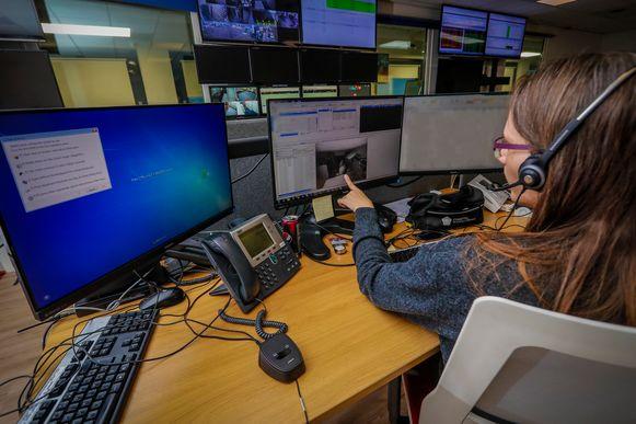 Operator Nathalie staart, net als een tiental collega's, naar grote schermen met berichten en foto's in de zwaar beveiligde meldkamer van Verisure.