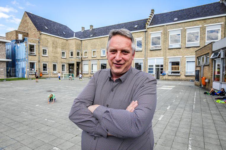 Karel liep zelf school in Woumen, werd na zijn stage leerkracht in het zesde leerjaar en wordt op 1 september directeur.