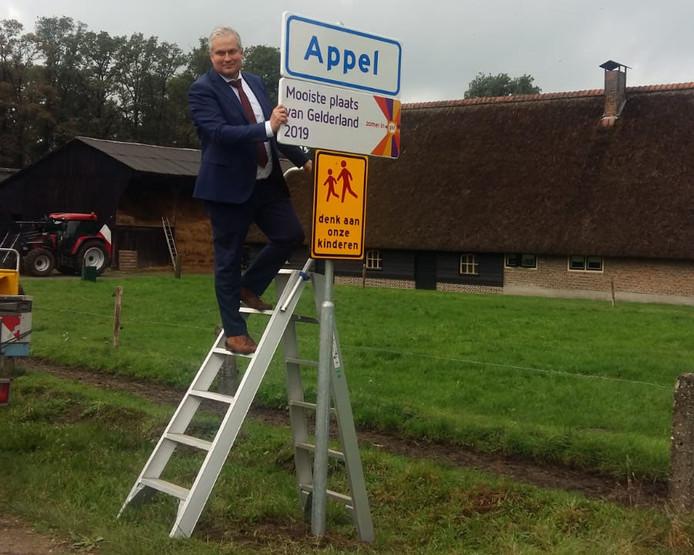 Wethouder Wim Oosterwijk onthult het straatnaambord in Appel.