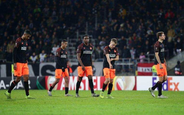 PSV-spelers verlaten het veld na de nederlaag. Beeld Reuters