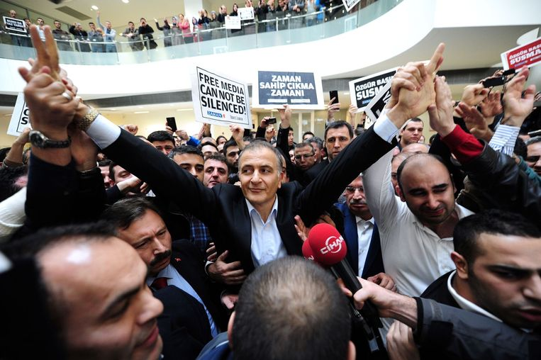 14 december 2014: Dumanli bij zijn arrestatie in het gebouw van zijn krant. Hij werd aangehouden op beschuldiging van terrorisme en enkele dagen later vrijgelaten wegens gebrek aan bewijs. Beeld afp