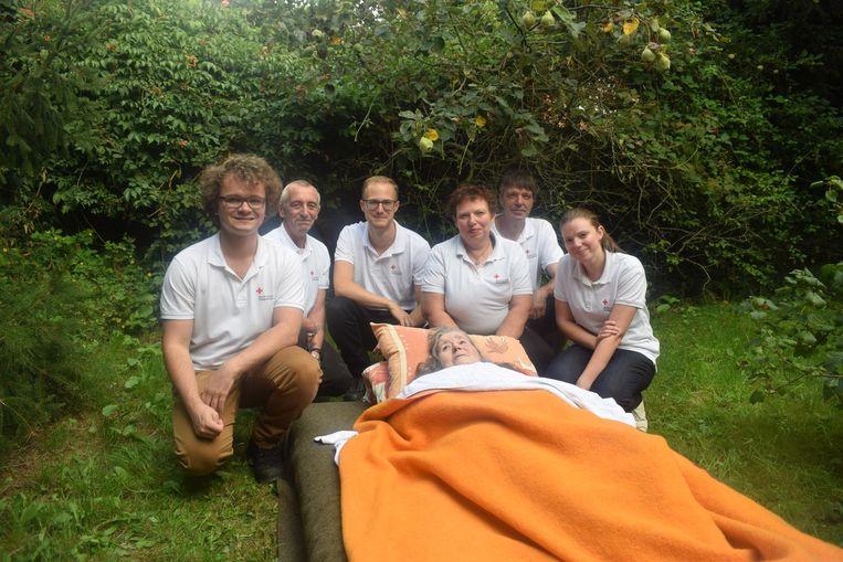 Vrijwilligers van het Rode Kruis legden Frida op een luchtbed op een schaduwrijk plaatsje in haar tuin.