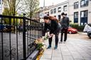 Mensen leggen bloemen neer op de plek waar de Arnhemmer werd mishandeld.