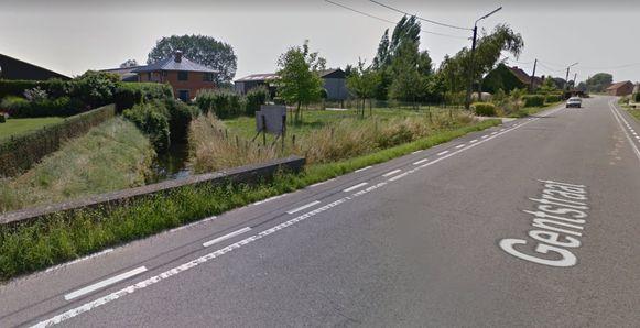 De Molenbeek (links) ter hoogte van de Gentstraat. Iets verder, ter hoogte van de Plezantstraat, gaat de Molenbeek ondergronds.