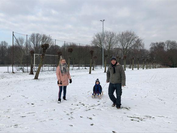 Sneeuwpret ook aan het voetbalveld in Strombeek-Bever.